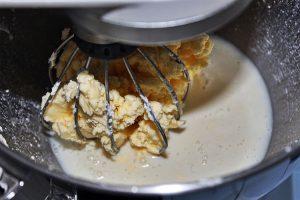 Au bout d'un petit moment, la crème va se dédoubler : le gras (le beurre) et le petit lait - Recette Beurre Maison Pas à Pas - Délicimô www.delicimo.fr