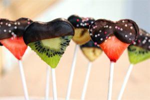 Délicimô ! - Recette Sucettes de Fruits au Chocolat Spécial Saint Valentin : Ananas, Banane, Kiwi, Fraise... - www.delicimo.fr